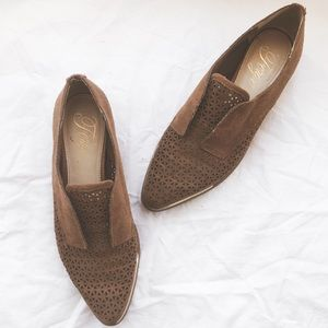 Fergie • Oxford Tan and Gold Loafers